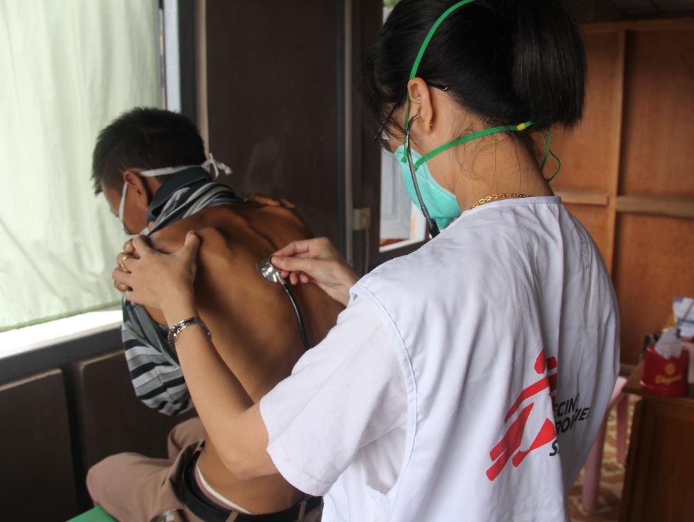 En læge undersøger patient Læger uden Grænsers klinik i Lashio i Shan-staten
