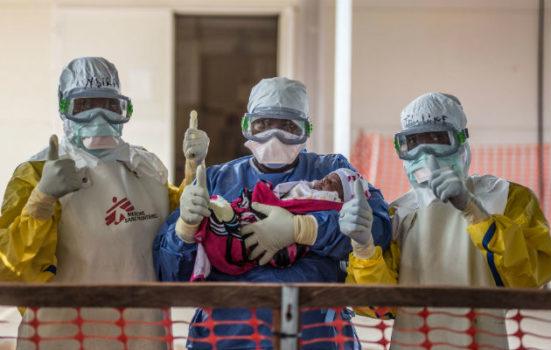 Den 18. nov. 2015 blev det sidst kendte tilfælde med ebola I Guinea udskrevet fra vores ebolacenter I Conakry. Nubia er blot tre uger gammel. Til personalets store glæde er hun kureret. © Tommy Trenchard