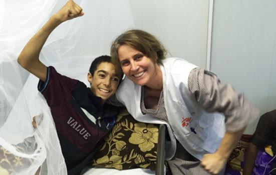 En 16-årig dreng har fået smilet tilbage, efter at Nana har været med til at behandle ham ved Mosul, Irak.